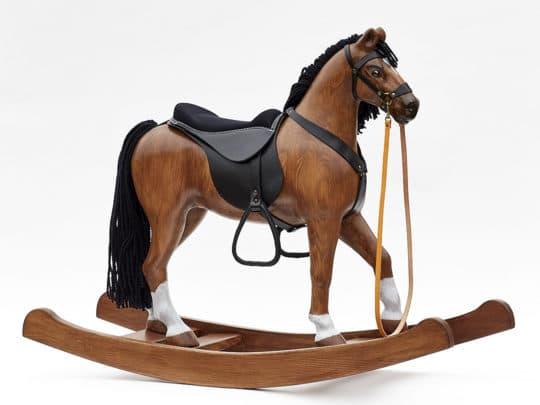 Cheval à bascule en bois avec une hauteur d´assise de 53 cm