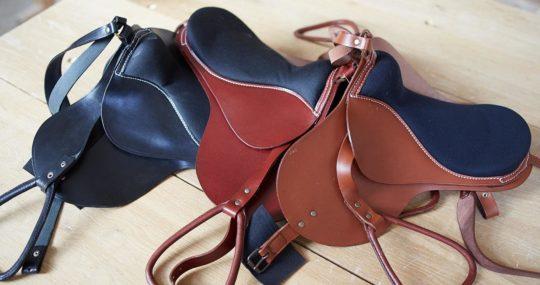 Les noir, rougebrun et brun selles en cuir pour notre chevaux