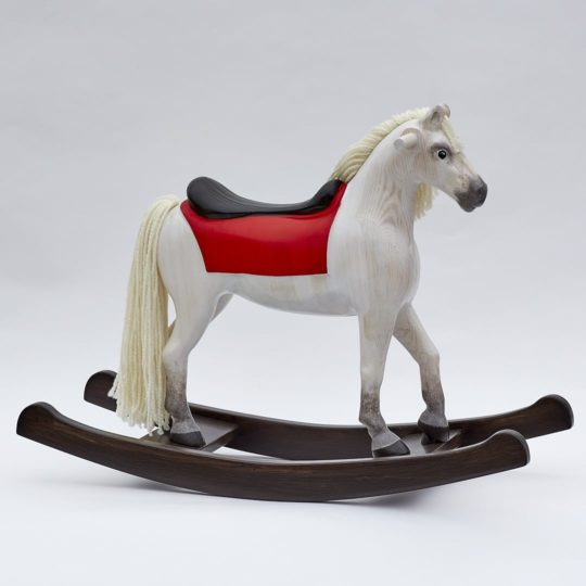 Houpací kůň z borového dřeva s dřevěným sedlem, bělouš