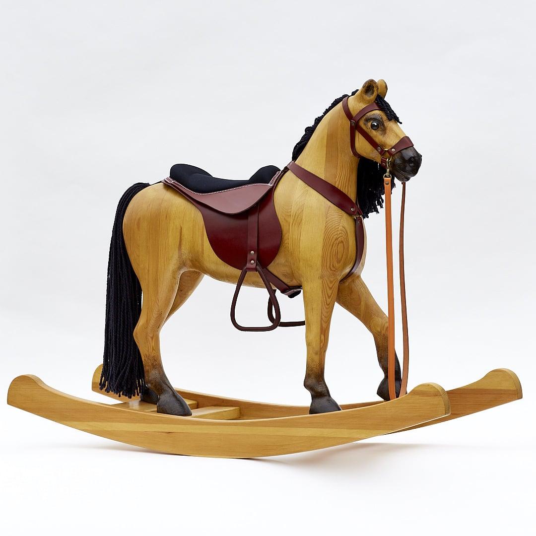 Le grand cheval à bascule en bois de couleur tanné