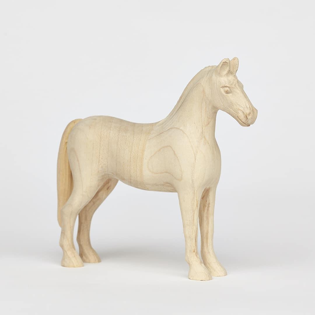 Tvarovaný koník vyrobený z javoru