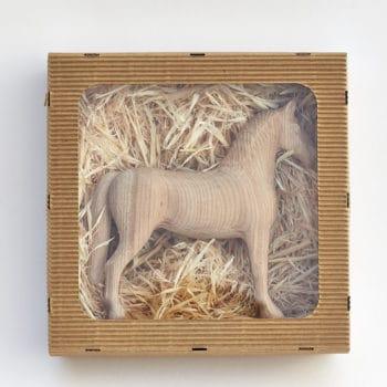 Dřevěný koník Achal 15 z třešně v dárkové krabičce z papírové lepenky s průhledným víkem